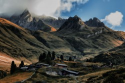 عکس زمینه خانه در بین کوه