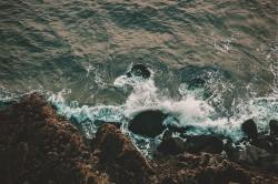 عکس زمینه موج ساحل و صخره