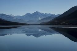 عکس زمینه دریاچه آرام بین کوه