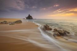 عکس زمینه ساحل در ساعت طلایی غروب