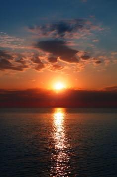 عکس زمینه دریای آبی آرام در غروب
