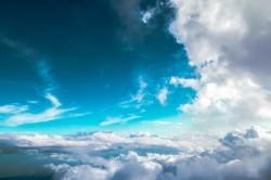 عکس زمینه ابرهای سفید و آسمان آبی