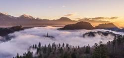 عکس زمینه منظره هوایی از کوه ابری