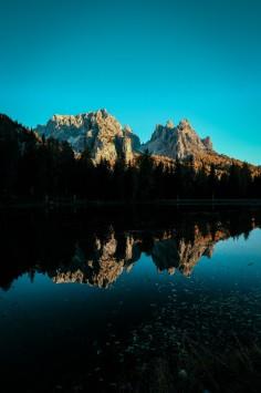 عکس زمینه کوه و دریاچه