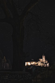عکس زمینه قلعه در شب پر ستاره