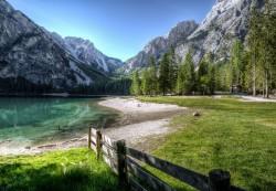 عکس زمینه طبیعت کوه و جنگل و دریا