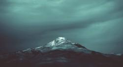 عکس زمینه قله کوه سیاه و آبی