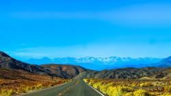 عکس زمینه جاده به سمت کوه