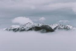عکس زمینه کوه تحت پوشش ابرها