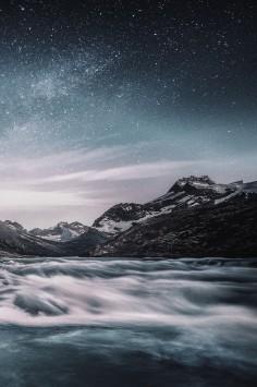 عکس زمینه هنری کوه در آسمان پر ستاره
