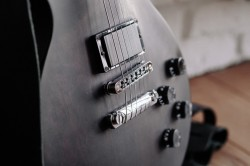 عکس زمینه گیتار الکتریک مشکی