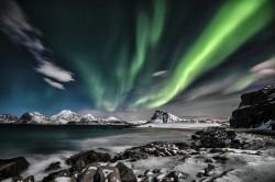 عکس زمینه شفق سبز شمالی در آسمان شب