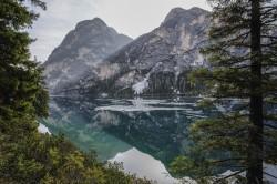 عکس زمینه کوه های نزدیک دریاچه و جنگل