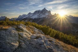 عکس زمینه قله کوه برقی و طلوع خورشید