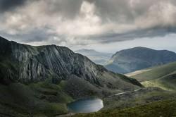 عکس زمینه کوه دریاچه نزدیک آسمان ابری