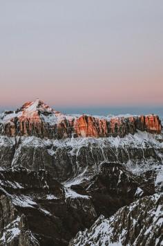 عکس زمینه قله کوه در طلوع