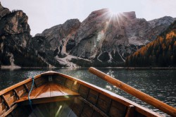 عکس زمینه سوار قایق چوبی