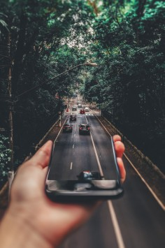 عکس زمینه هنری از جاده و موبایل