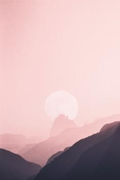 عکس زمینه هنری از طلوع در قله کوه