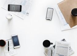 عکس زمینه میز کار اداری با موبایل