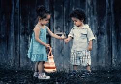 عکس زمینه پسر و دختر ایستاده کنار دیوار چوبی
