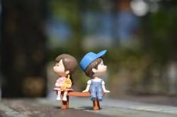 عکس زمینه اسباب بازی پسر و دختر نشسته