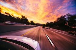 عکس زمینه ماشین سواری و جاده پیش رو