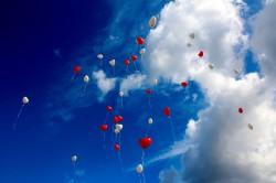 عکس زمینه بادکنک های قلبی در آسمان روز
