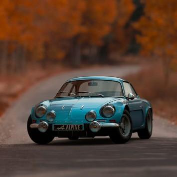 عکس زمینه اتومبیل آلپ آبی در جاده پاییزی