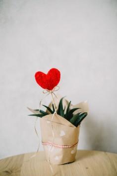 عکس زمینه تزئین قلب قرمز با کاغذ