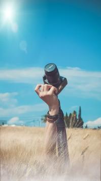 عکس زمینه عکاس و دوربین در مزرعه