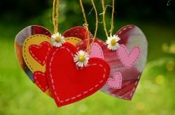 عکس زمینه سه قلب سرخ با گل های سفید