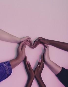 عکس زمینه قلب با دست بشر