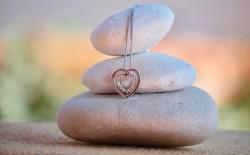 عکس زمینه گردنبند نقره ای در سنگ