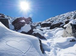 عکس زمینه سخره پوشیده از برف