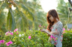عکس زمینه دختر و باغچه گل های صورتی