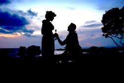 عکس زمینه زانو زدن و گل دادن مرد به زن