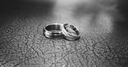 عکس زمینه حلقه های عروسی در کنار هم