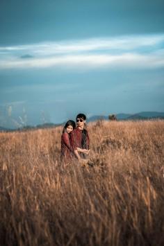 عکس زمینه پسر و دختر در علف زار