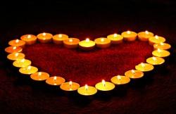 عکس زمینه شمع های روشن به شکل قلب