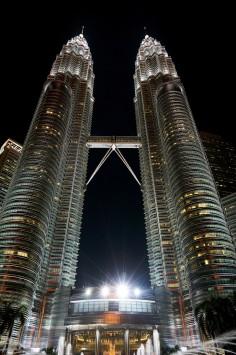عکس زمینه برجهای پتروناس مالزی در شب