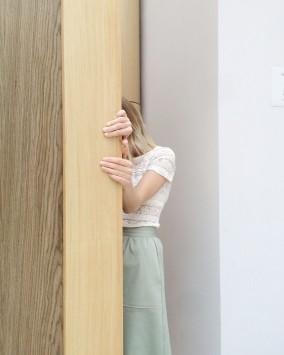 عکس زمینه دخترانه پشت دیوار چوبی