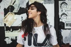 عکس زمینه موسیقی گوش دادن یک دختر