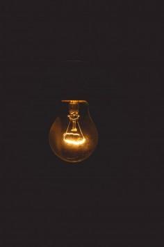 عکس زمینه لامپ در اتاق تاریک
