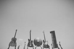 عکس زمینه ابزار موسیقی سیاه و سفید