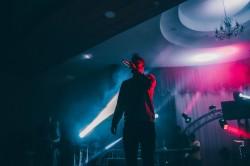 عکس زمینه آواز خواننده در کنسرت