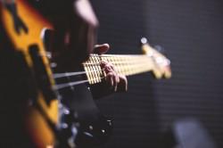 عکس زمینه گیتار الکتریک و نوازنده