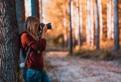 عکس زمینه خانوم عکاس در جنگل