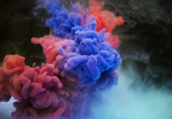 عکس زمینه دود رنگارنگ بنفش و قرمز