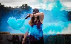 عکس زمینه مشعل دود آبی